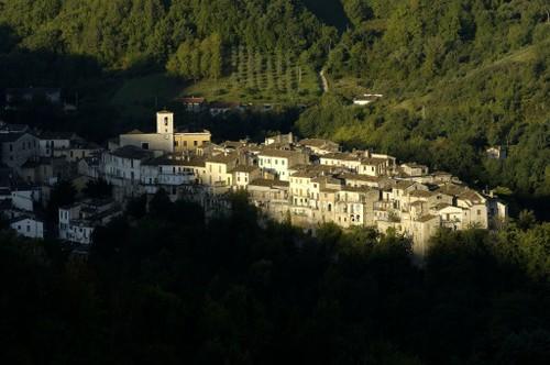 Il borgo di Castelli all'alba