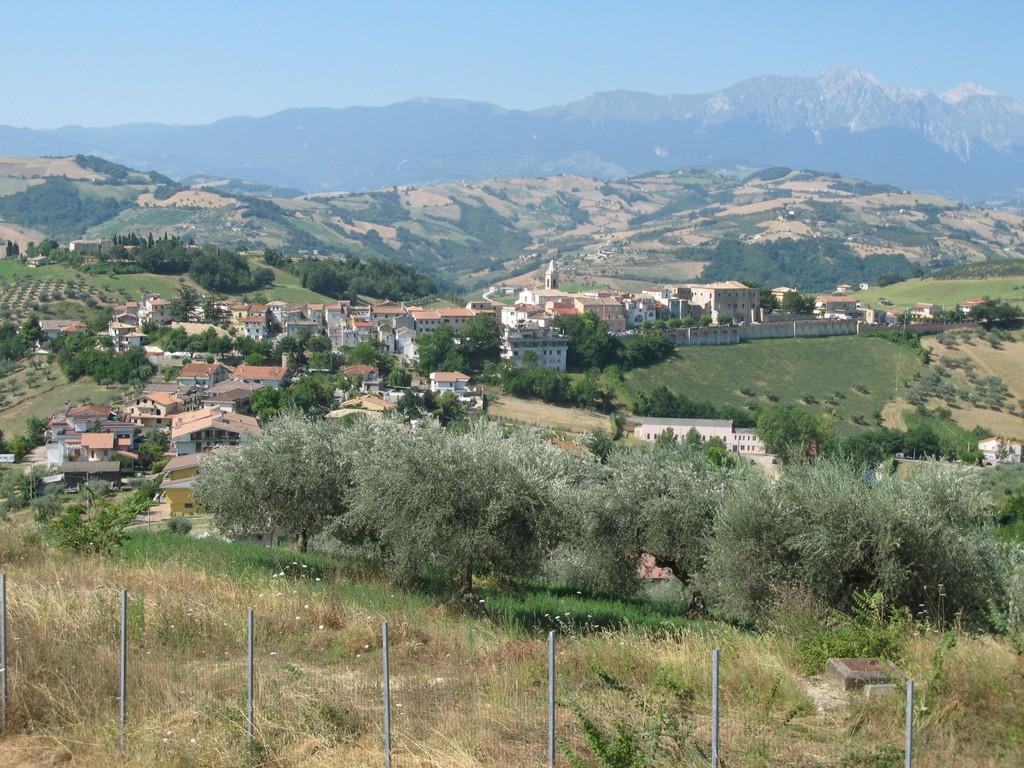 Castilenti, veduta Nord del paese con lo sfondo del Gran Sasso